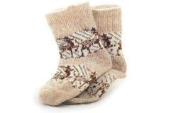 与驯鹿羊毛毛线的被编织的温暖的冬天袜子 免版税图库摄影