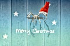 与驯鹿鹿角和圣诞老人帽子的圣诞卡 库存图片
