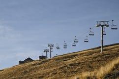 与驾空滑车的山风景 免版税库存照片