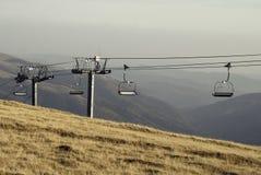 与驾空滑车的山风景 库存图片