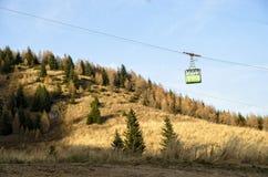 与驾空滑车的山风景 免版税图库摄影