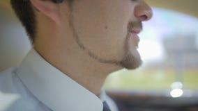 与驾驶汽车,商务旅行的穿着考究的胡子的商人,见面 股票视频