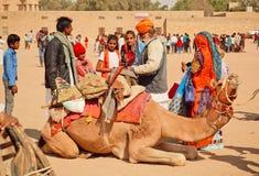 与骆驼的村庄家庭在拉贾斯坦的沙漠节日 免版税库存照片