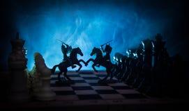 与骑兵和步兵的中世纪战斗场面在棋枰 棋盘企业想法的比赛概念和竞争和stra 免版税库存照片