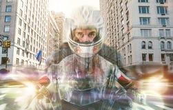 与骑自行车的人和纽约背景的两次曝光 库存照片