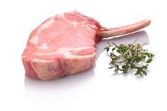 与骨头和草本的小牛肉炸肉排 库存图片