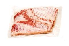 与骨头的新鲜的猪肉乳房在真空 库存图片