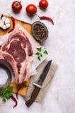 与骨头的生肉 免版税库存图片