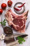 与骨头的生肉 免版税库存照片