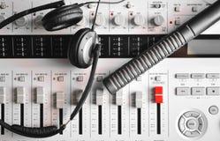 与高保真电容传声器和耳机的便携式的混音器 免版税库存照片