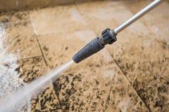 与高压喷水的室外地板清洁 免版税库存照片