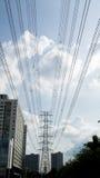 与高压塔的电线在远的视域和bui 免版税库存图片