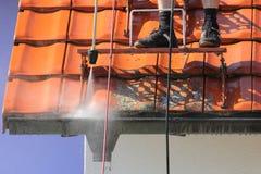 与高压的屋顶和天沟清洁 免版税图库摄影