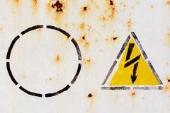 与高压的警报信号的老生锈的罐子表面背景的 库存图片
