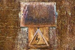 与高压的警报信号的老生锈的罐子表面 库存图片
