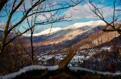 与高多雪的上面的山土坎 免版税库存照片
