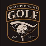 与高尔夫俱乐部的在黑暗的背景的象征和球 库存照片