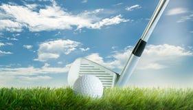 与高尔夫俱乐部的高尔夫球在天空蔚蓝前面的航路 免版税图库摄影