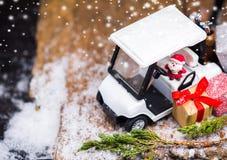 与高尔夫球汽车的圣诞节装饰12月 库存照片