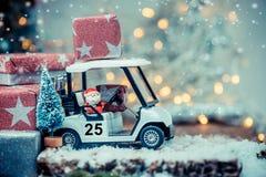 与高尔夫球汽车的圣诞节装饰 库存图片