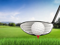 与高尔夫球的高尔夫俱乐部在发球区域侧视图 库存照片