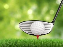 与高尔夫球的高尔夫俱乐部在发球区域侧视图 免版税库存照片