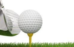 与高尔夫球的高尔夫俱乐部在发球区域 免版税库存照片