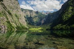 与高山和德国最高的瀑布Röthbachfall的史诗风景风景 免版税库存图片