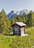 与高山山风景的木牧羊人洗手间在奥地利 免版税库存照片