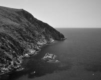 与高峭壁的岩石海岸, Giglio海岛,意大利 库存照片