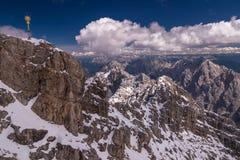 与高峰的阿尔卑斯视图 免版税图库摄影