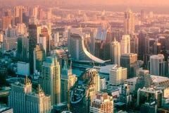 与高摩天大楼的日落都市风景在曼谷 免版税库存图片