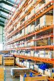 与高架子的仓库设施 免版税库存图片