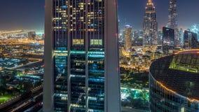 与高楼和扎耶德回教族长公路交通,阿拉伯联合酋长国的迪拜街市地平线夜timelapse 影视素材