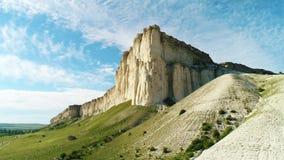 与高白色用绿草盖的峭壁和小山的美好的夏天风景反对在晴朗的蓝色多云天空 股票视频
