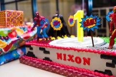 与高空作业的建筑工人和no1蜡烛的生日蛋糕 库存图片