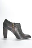 与高跟鞋的妇女的皮革脚腕起动 免版税库存照片