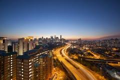 与高速公路的吉隆坡地平线在微明 免版税库存照片