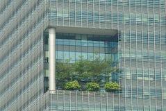 与高高的大阳台的外部细节在现代大厦在新加坡,新加坡 库存照片