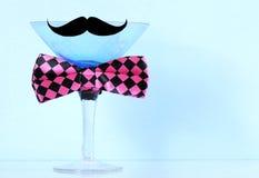 与髭和蝶形领结和拷贝空间的马蒂尼鸡尾酒玻璃 免版税图库摄影