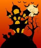 与鬼的被困扰的房子的万圣夜背景 免版税库存图片