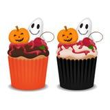 与鬼魂、南瓜和樱桃的万圣夜杯形蛋糕 免版税库存照片