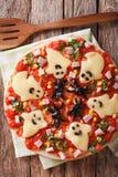 与鬼魂乳酪和橄榄蜘蛛特写镜头的薄饼万圣夜 免版税库存照片