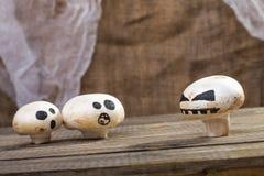 与鬼魂面孔的万圣夜蘑菇 库存图片