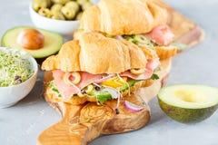 与鱼、橄榄和菜的新月形面包三明治 免版税库存图片