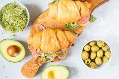 与鱼、橄榄和菜的新月形面包三明治 库存图片