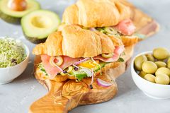 与鱼、橄榄和菜的新月形面包三明治 免版税库存照片