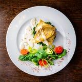 与鱼、蕃茄、蓬蒿叶子和葱的开胃盘 免版税库存照片