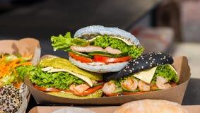 与鱼、虾和菜的鲜美开胃汉堡在ou 库存照片