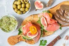 与鱼、黑麦面包和无花果的三明治 库存照片